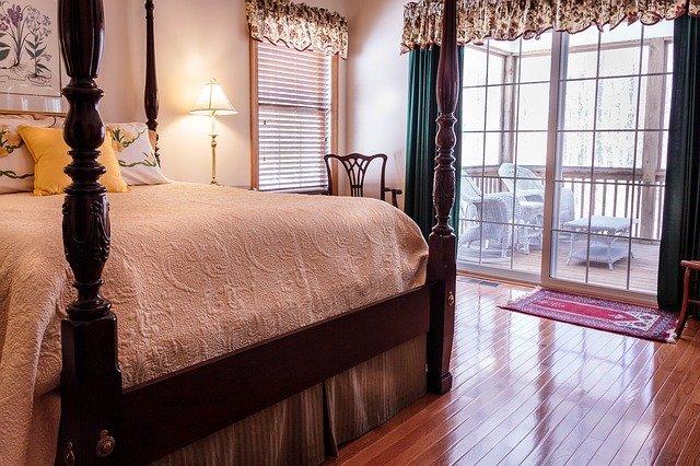 luxusní postel z masivu
