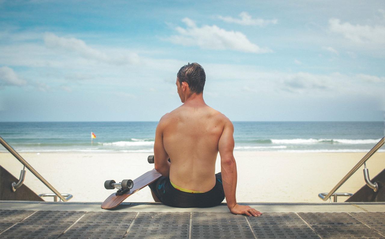 muž a pláž