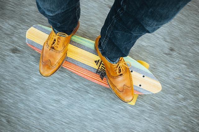 muž na skateboardu