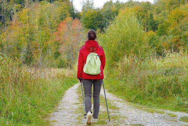 děvče s batohem na zádech na turistice