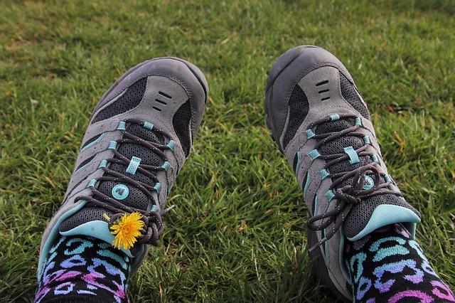 sportovní boty v trávě