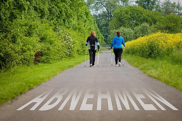 dvě ženy na procházce přírodou