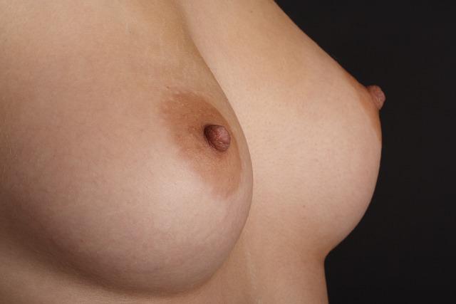 ženská nahá prsa