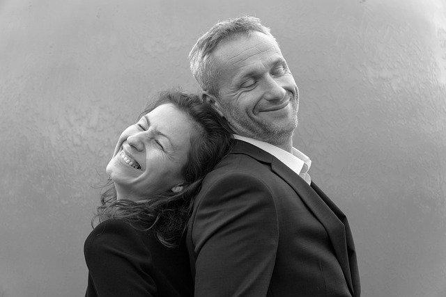 spokojený starší manželský pár