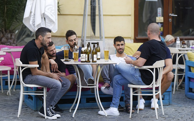 skupina pánů na oslavě s pivem