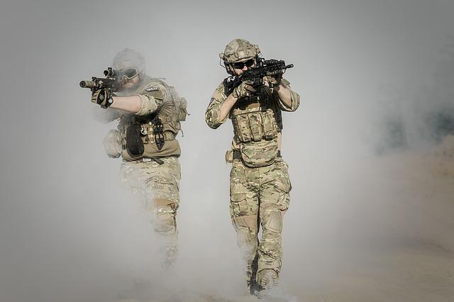 ozbrojení vojíni se samopaly