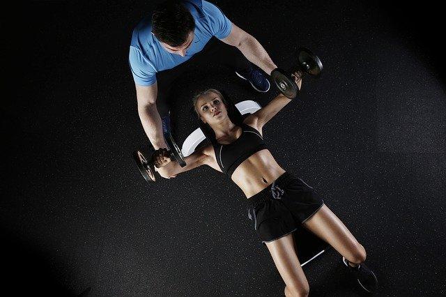 žena cvičí s činkami