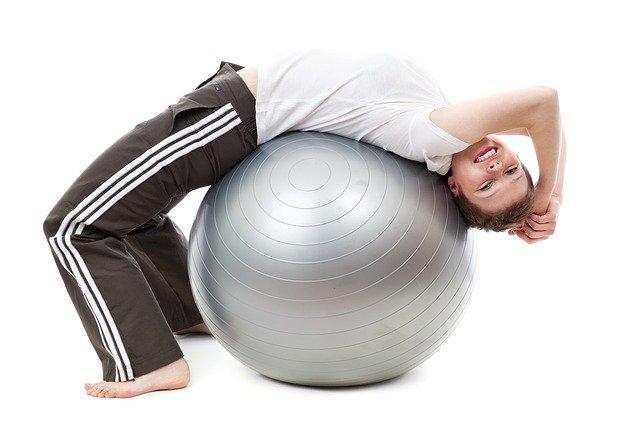 žena cvičí na gymnastickém míči
