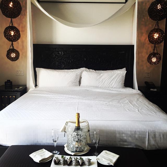 manželská postel a lahev bublinek
