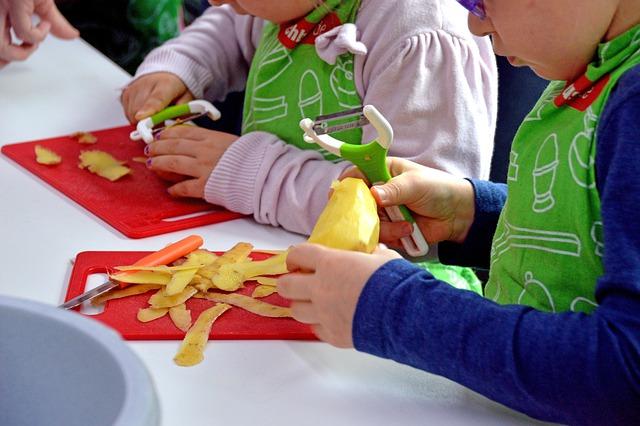 děcka loupají brambory